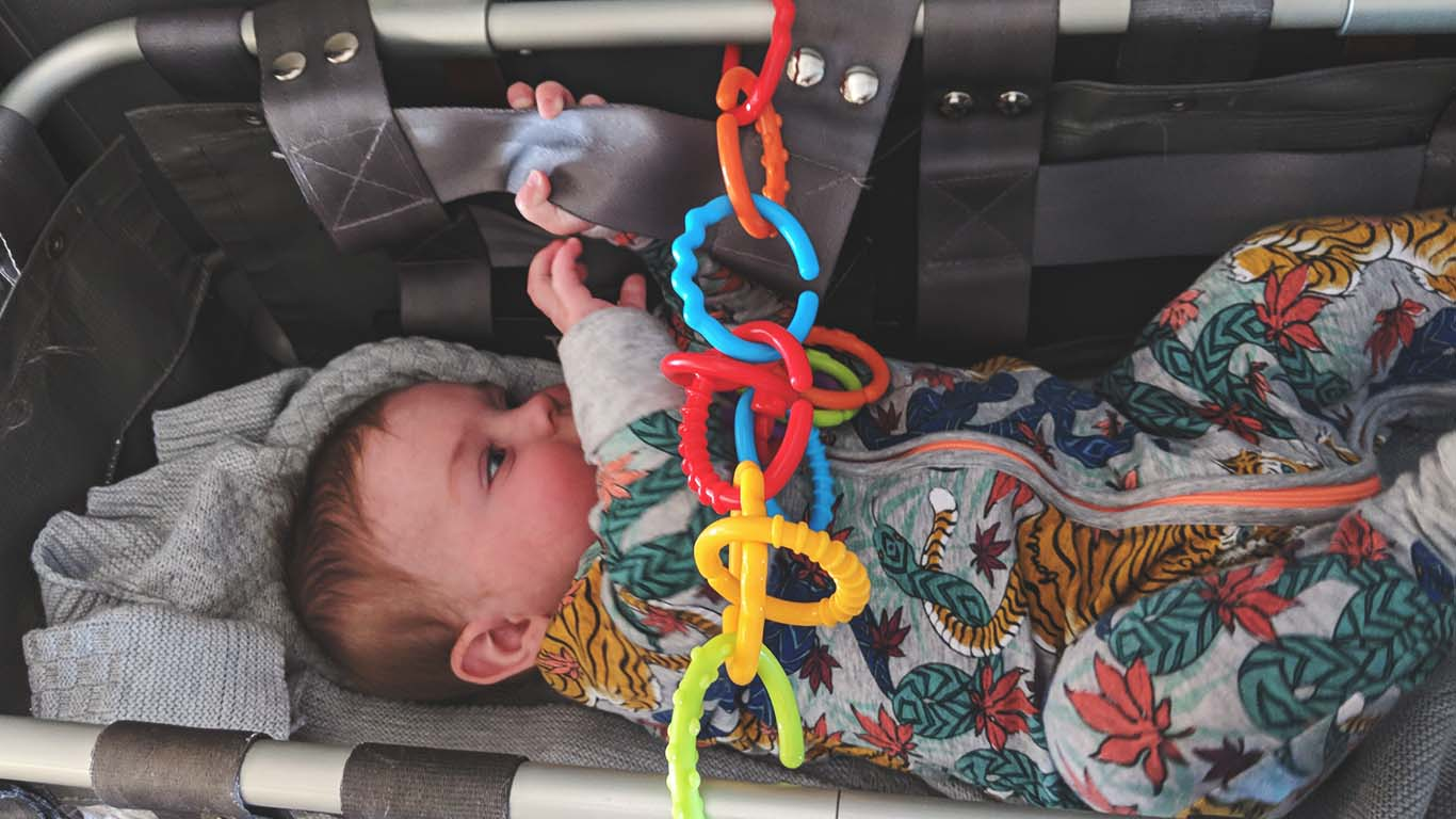11-Ways-to-Entertain-Babies-and-Toddlers-on-a-Plane